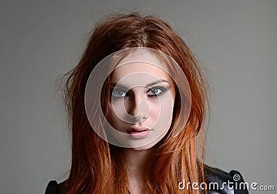 红色头发女孩图片