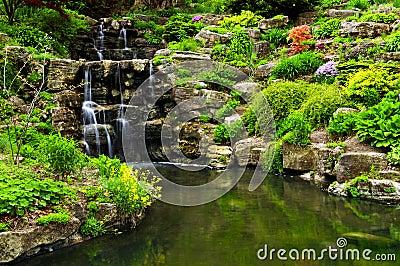 级联的庭院日本池塘瀑布.图片