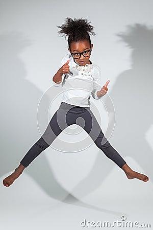 纵向新非洲裔美国人女孩跳