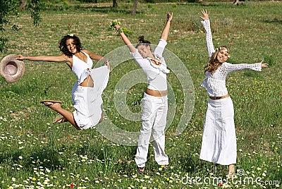 组愉快的跳的十几岁青年时期