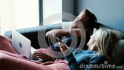 结合在手机的听的音乐,当使用膝上型计算机在客厅4k时 影视素材
