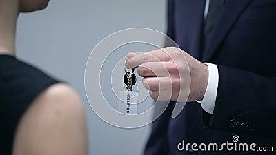 给夫人钥匙的男性手解答,在解决业务问题特写镜头的帮助 股票录像