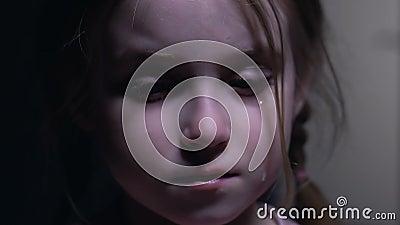 绝望地哭泣可爱的孩子,掩藏的面孔在手上,虐待受害者 股票视频