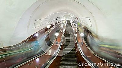 继续前进在地铁timelapse hyperlapse的人们自动扶梯 股票录像