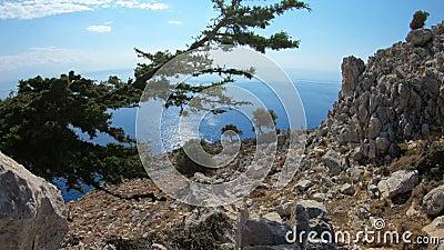 罗得岛海岛地中海海岸的美丽如画的看法有岩石和海滩的 希腊 股票视频