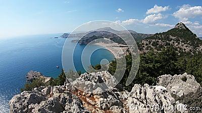 罗得岛海岛地中海海岸的美丽如画的看法有岩石和海滩的 希腊 影视素材