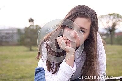美丽的女孩画象在公园