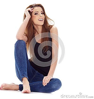 妇女坐地板。 演播室射击。
