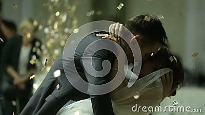 美丽的深色的首先跳舞舞蹈的新娘和英俊的新郎在五彩纸屑覆盖的婚礼聚会 非常招标 影视素材