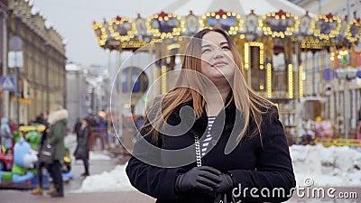 美丽的肥胖妇女站立反对转盘背景 股票录像
