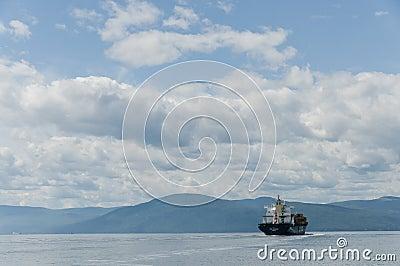 美丽的蓝色集装箱船天空 编辑类图片