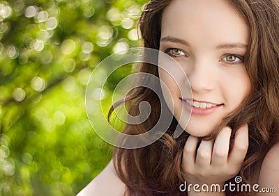 美丽的青少年女孩室外的纵向