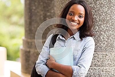 大学女生爱黑棒视频_看照相机的愉快的美国黑人的大学生.