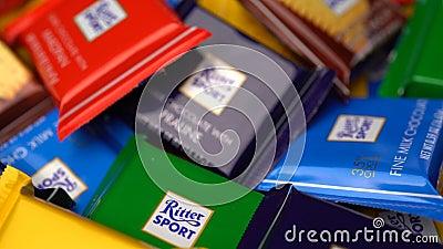 翼果,俄罗斯联邦- 2018年8月13日:里特微型体育的巧克力转动背景 里特体育-普遍 股票视频