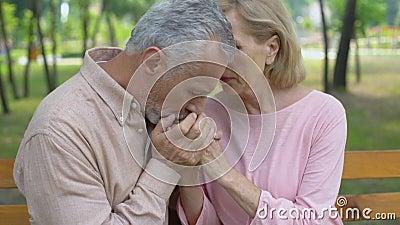老丈夫拥抱的不适的妻子,直到晚年,支持,关心,统一性的爱 股票录像