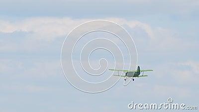 老双翼飞机飞机在天空飞行 影视素材