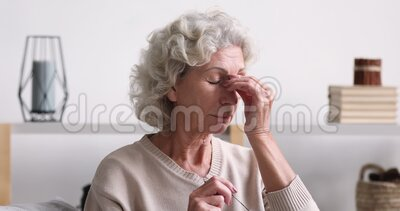 老妇人揉疲惫干眼感眼力紧张 股票视频