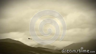 老影片作用:追逐的WWII双翼飞机在天空中 影视素材