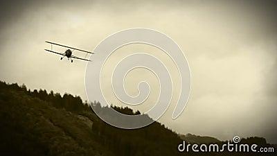 老影片作用:WWII双翼飞机在天空中 股票视频