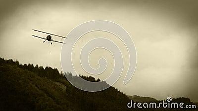 老影片作用:WWII双翼飞机在天空中 股票录像