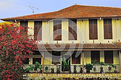 老房子和大厦在Melaka河城市 图库摄影片