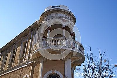一个门面的都市室外看法与一个半圆阳台的支持与装饰专栏,檐口和曲拱图片