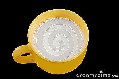 背景大黑色杯子新牛奶黄色