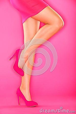 脚跟高桃红色鞋子