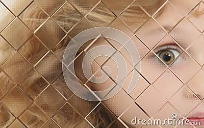 自我中心后面被弄脏的儿童玻璃窗格