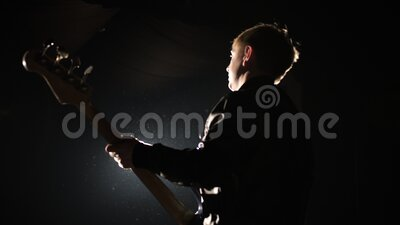 舞台音乐会艺术人士用低音乐器现场演奏爵士乐旋律 股票视频