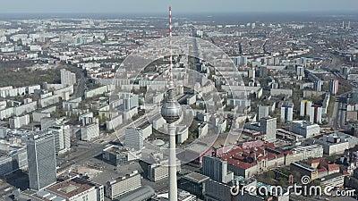 航空:德国亚历山大广场电视塔,空荡荡的柏林,美丽阳光日几乎无人驾驶 股票视频