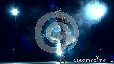 芭蕾舞女演员在蓝色的教室 慢的行动