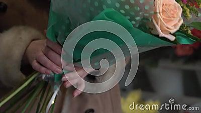 花匠在花店里收集花束 股票视频