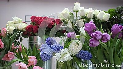 花店里有玫瑰花花束的康乃馨和郁金香