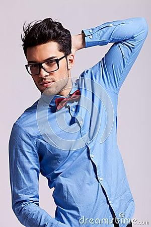 英俊的人佩带的太阳镜和蝶形领结