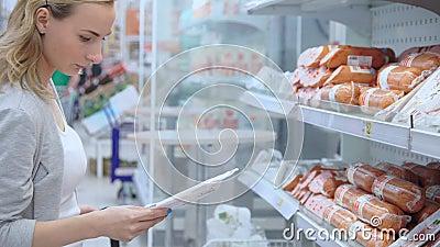 英尺长度妇女在超级市场买香肠 4K录影 股票录像