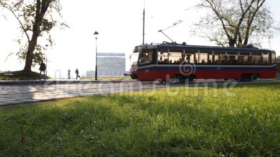 莫斯科电车轨道沿公园移动 股票录像