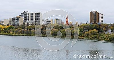 萨斯卡通,加拿大4K河的城市景观 股票录像