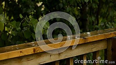 落在甲板栏杆的雨 股票视频