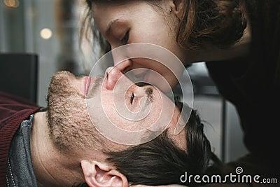 葡萄酒女生拥抱和笑在豆咖啡杯新鲜的夫妇附近被定调子的视频界面足疗图片