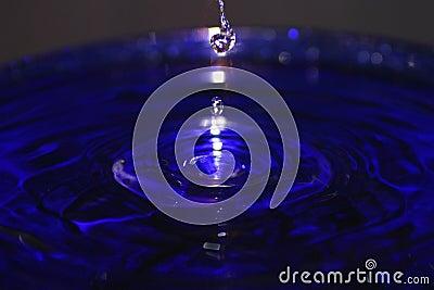 蓝色下落合并飞溅水