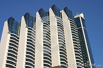 蓝色大厦查出的现代天空