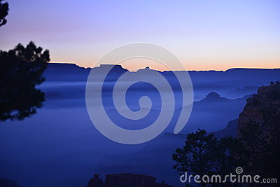 蓝色日出在大峡谷