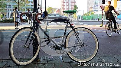 蓝色现代自行车在城市街道上停放了 股票视频
