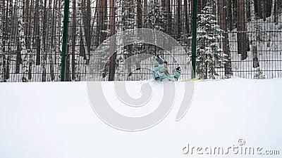 蓬松雪的愉快的妇女 影视素材