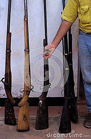 被获取的偷猎者枪在莫桑比克。 编辑类图片