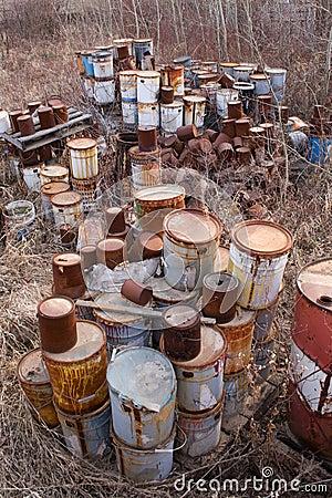装老油漆于罐中