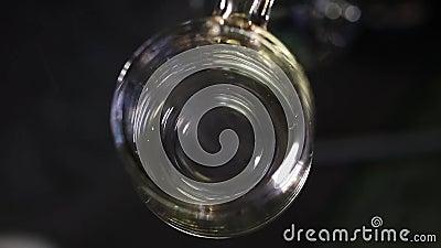 西瓜zkittles在清楚的石英居住熔化的松香 影视素材