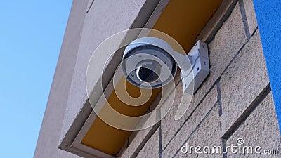 覆以圆顶安全监控相机在沃尔码商店之外的天花板顶部 股票录像