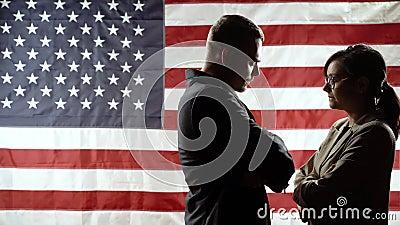 观点对决 美国国旗背景中男女的剪影 影视素材